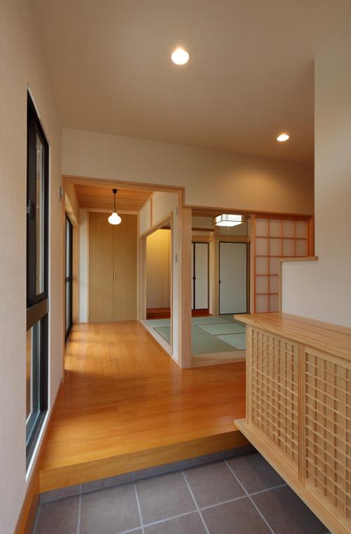玄関。 建具を開放することで、一体感のある空間を演出。