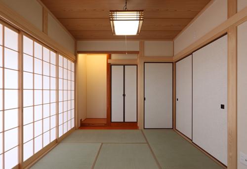和室。障子を開放すると、 広縁を通してお庭を取り込むことが出来る。