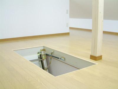 収納式階段の設置。 2階廊下壁に屋根裏換気扇のスイッチをつけ、簡単に入切操作ができるようにしまし た。