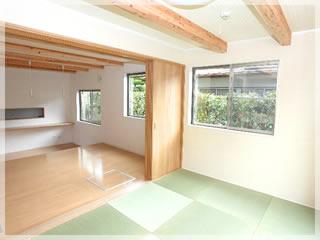 和室からキッチンを見る。ナチュラルで暖かな仕上げが細長い間取りにジャスト・マッチ!