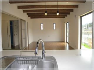 キッチンは家の中が一望できる場所に。水廻りはまとめて設置し家事効率もアップ!