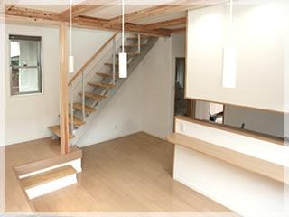 キッチンから階段を見る。アルミ素材が新鮮です。右手に見えているのは引き戸のトイレ。
