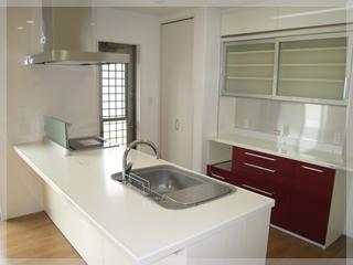 広々としたオープンキッチン。カップボード横には食品庫も設置!