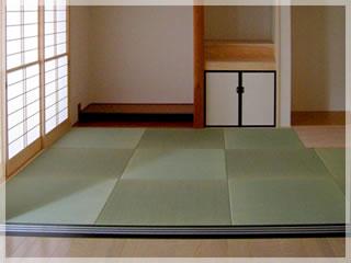 仏壇と神棚が仲良く並んでいます。和室は、いろいろなものを柔軟に受け入れてくれます。