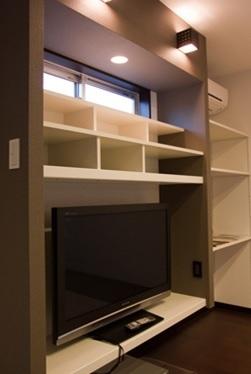 テレビやAV機器を機能的に収納することができる、造り付けの棚を設けたリビング空間。