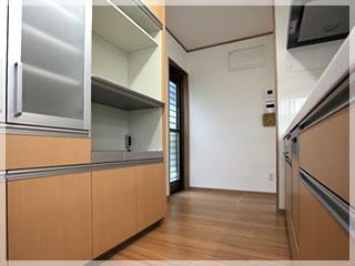 機能的なキッチンは対面式。いろいろなところに収納スペースがあります。