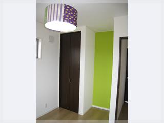 【子供部屋】壁紙も一部をかえてアクセントを!照明はお施主様の手作りです。