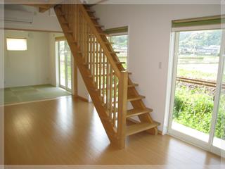 リビングにすらりと伸びる木製のみせ階段!リビングを引き立たせます♪