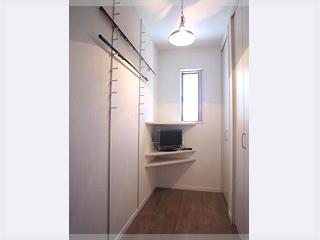 【ホビールーム】ご主人様趣味の部屋!左はつり竿掛け、右はクローゼット、収納もバッチリです!