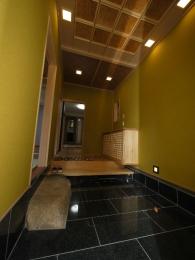夜になると天井や足元に埋め込んだダウンライト、豪華な格天井がいっそう演出してくれます。
