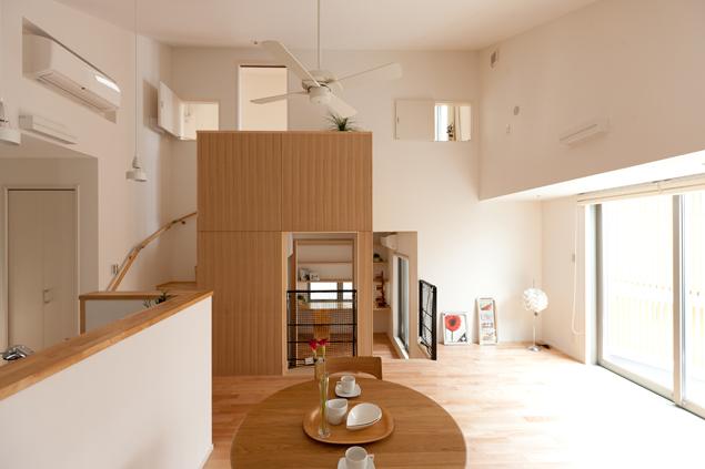 階段は家の中央に位置する事から、1階に大型の蓄熱暖房機を備え、階段を煙突の役割に見立てて、全館暖房を実現しました。