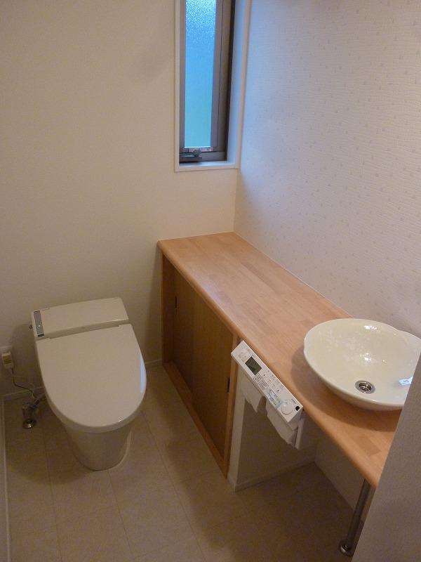 清潔感のある白を基調としたトイレ。