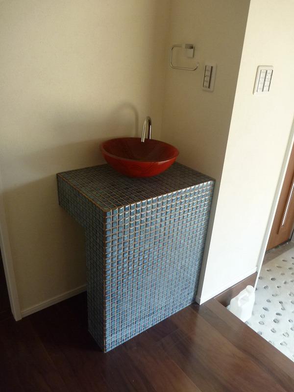 モザイクタイルに赤いボウルがオシャレな手洗い台