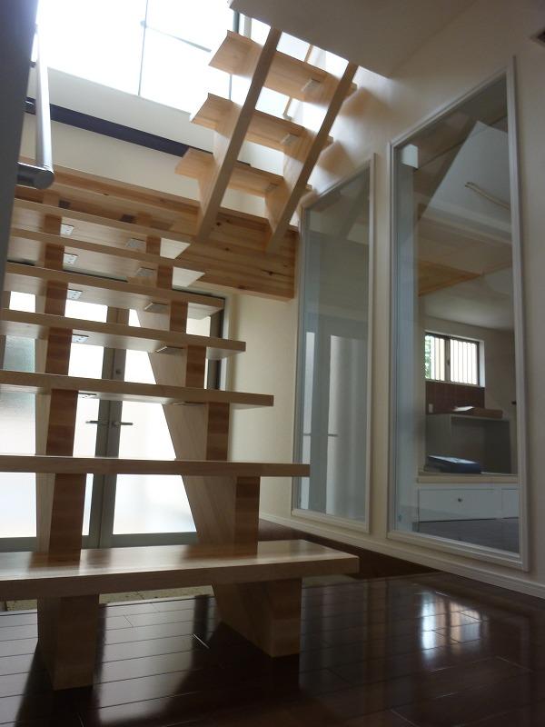 スケルトン仕様の階段には大きな窓から光が降りそそぎます。