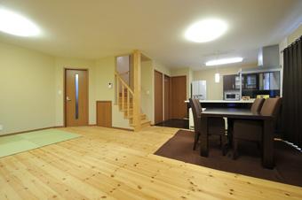家族が集える空間のLDK。リビング階段にすることで、毎日顔を合わすことができる。