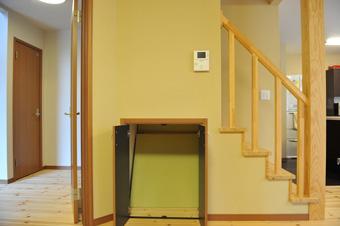 階段下収納は琉球畳を収納できるスペースも配置した