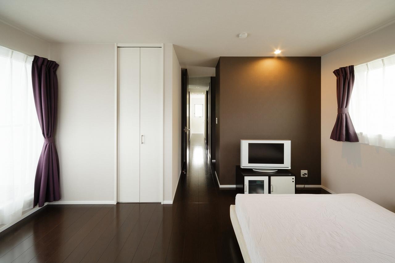 主寝室は色を抑えて落ち着いた空間に