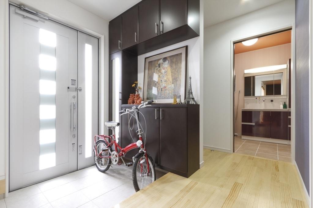 玄関から洗面所がすぐなので手洗いなど、どこからでも動線がとれる回避型の間取りなので家事がしやすい