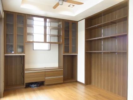 リビングの造り付け家具。お掃除ロボの格納庫もいい感じです。