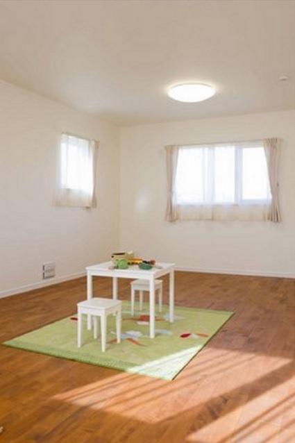 【2階子供室】 お子様の成長や独立された時の事も考えてお部屋を一部屋にし、後から家具等で間仕切る設計としています。家具は収納兼用でお子様が独立された後は外してしまえばまた一部屋のお部屋として使えるようになっています。