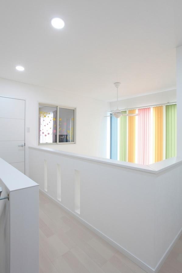 吹抜けとつながる2階ホール。正面の明かりとりの窓からの光が1階リビングに届く設計