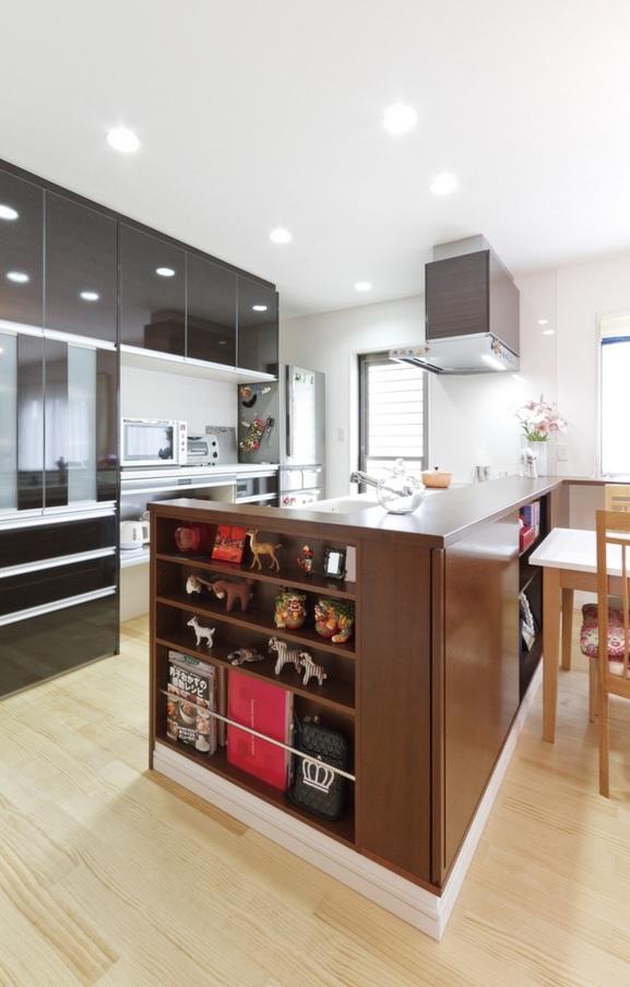 お気に入りの雑貨を飾れる棚を設けたオープンキッチン。床は無垢うづくりの仕様なので、素足で快適に過ごせる