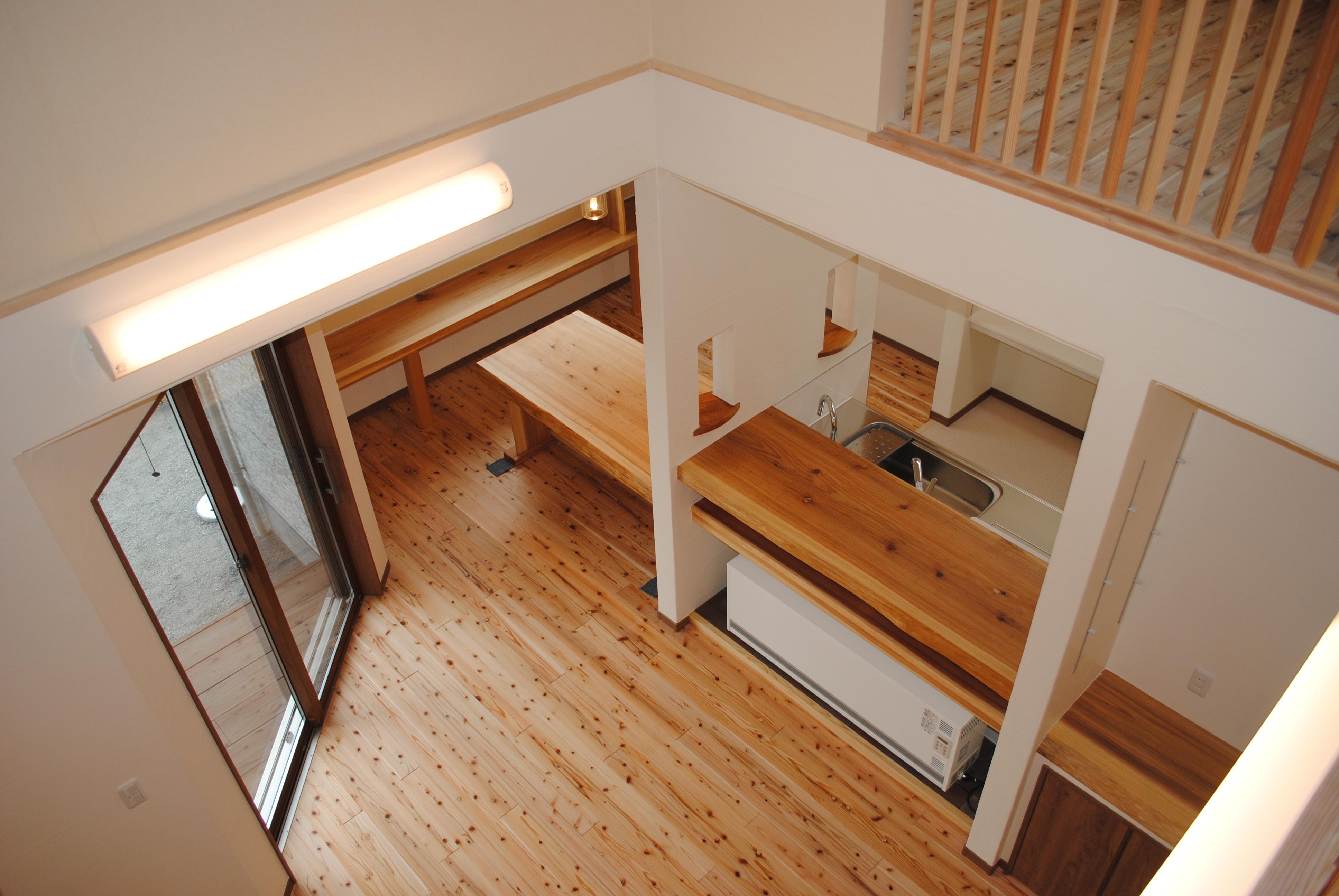 天井が高く、明るいダイニングスペース、無垢のフローリングと漆喰の壁は心身をリフレッシュ