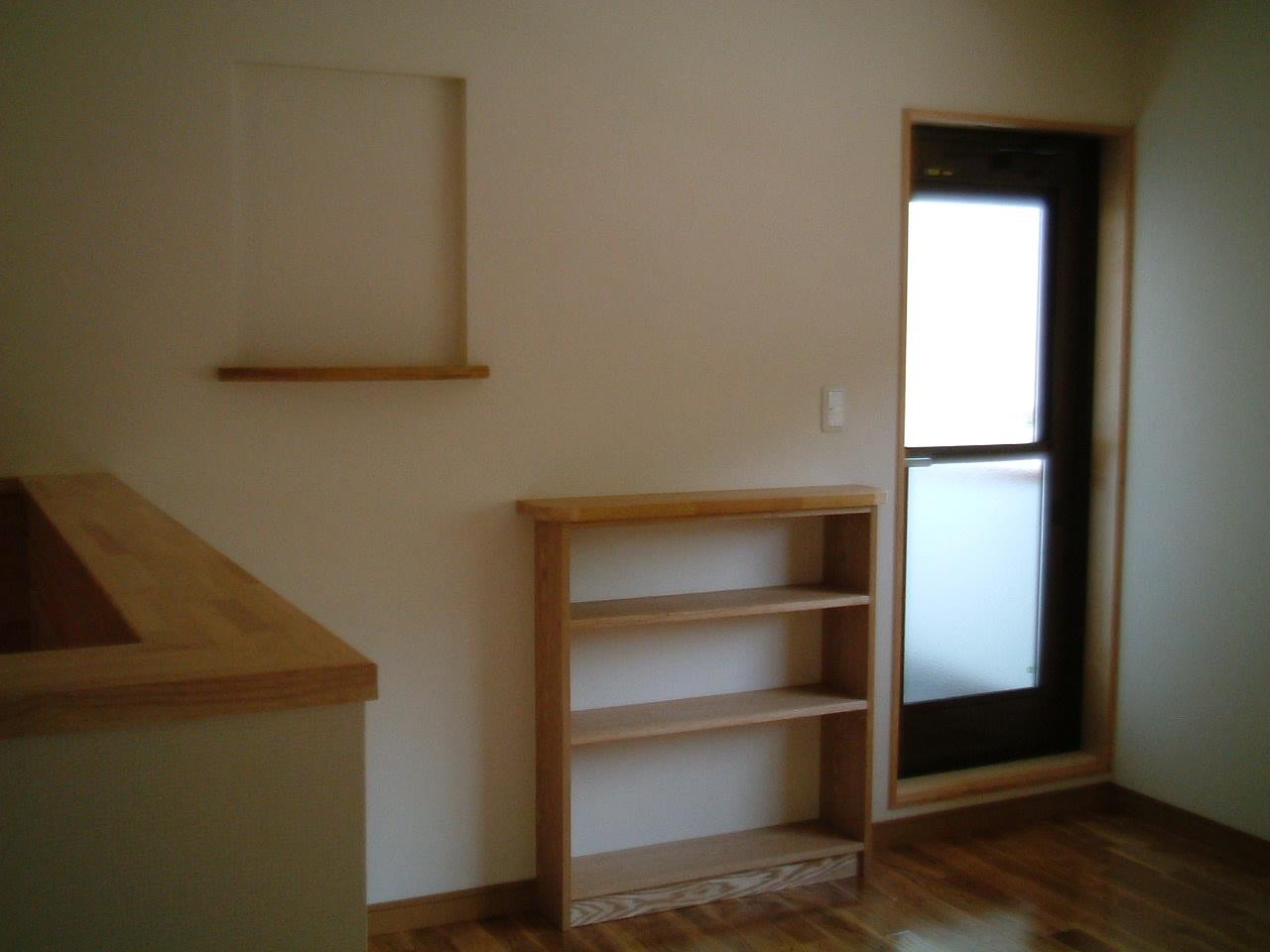 2階ホールに本棚や、飾り棚を設けました。
