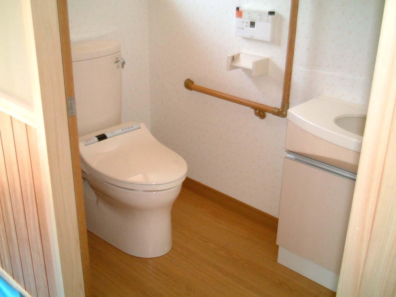 将来を考えた広めのトイレ。入口は引き戸。