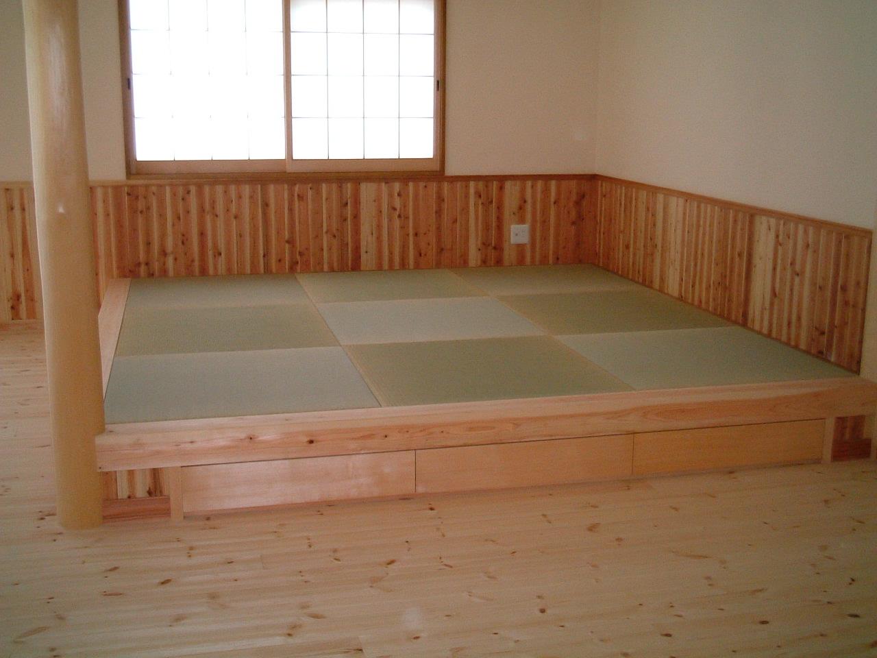 居間の畳スペースは、一段上がっているので、腰を掛けるのに便利