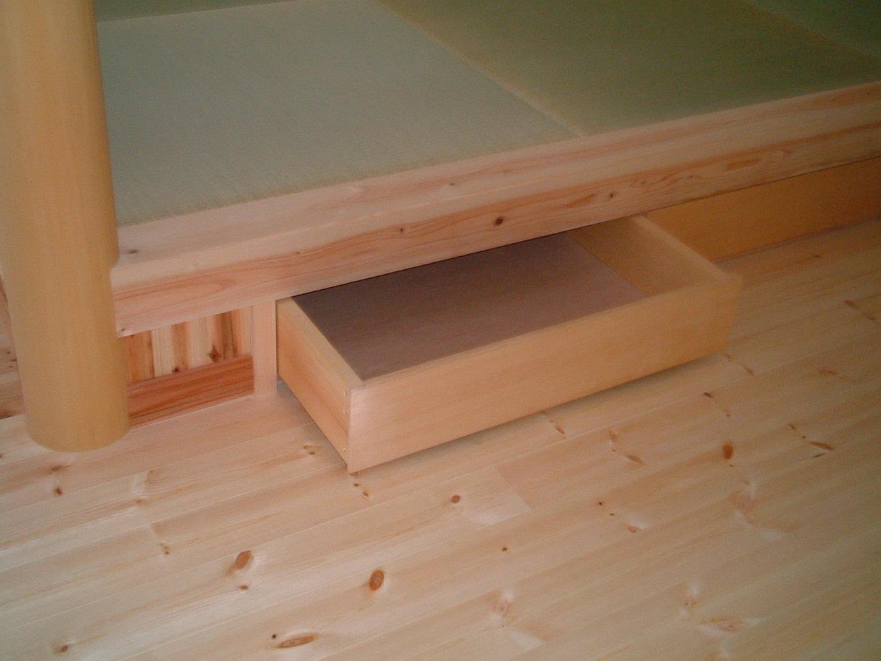 畳スペースは、下部が収納になっており、引き出せます。