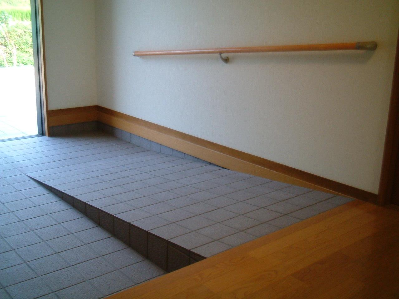 車椅子用のスロープのある玄関アプローチ