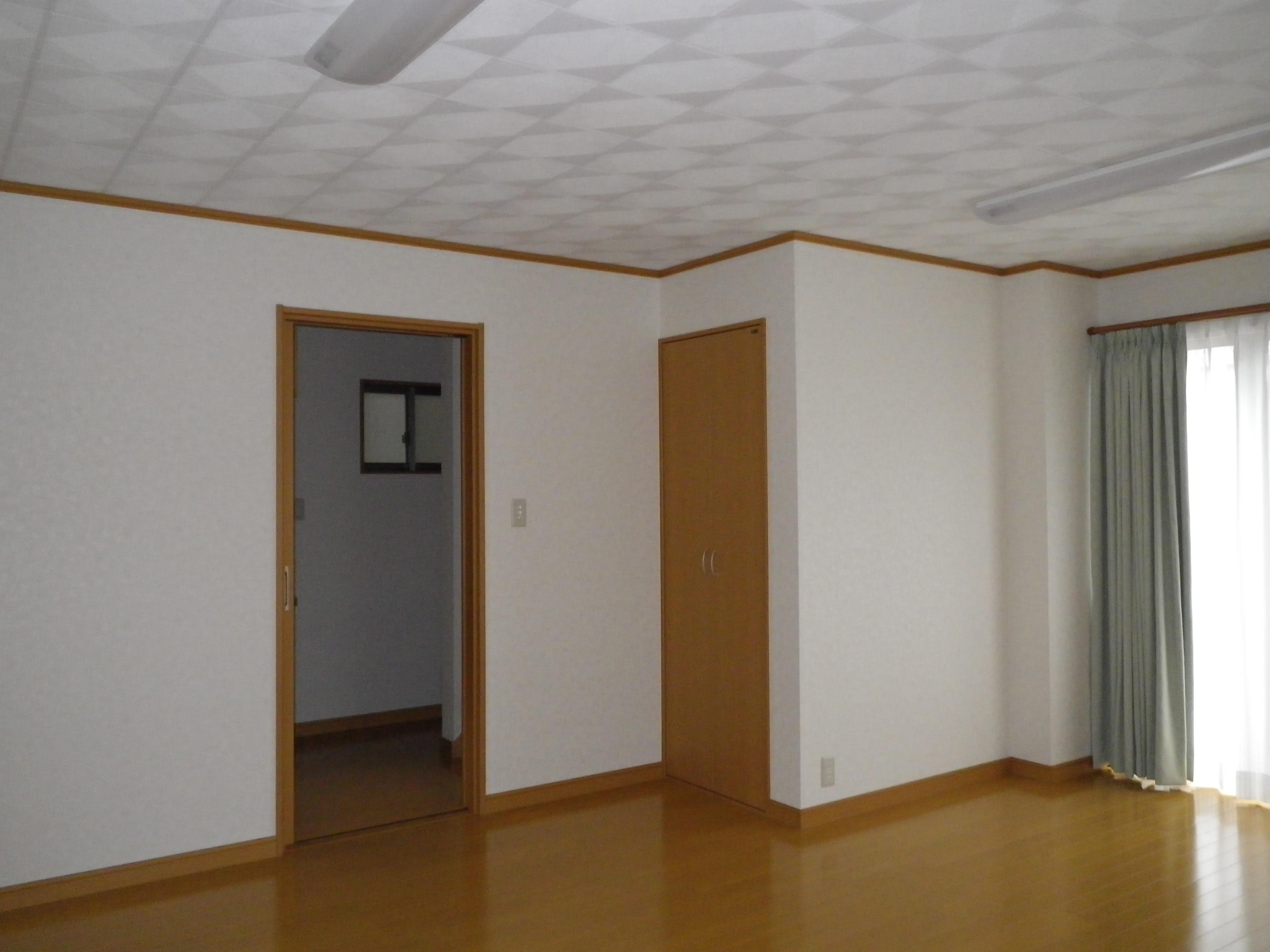 居間の広く、収納もしっかりあります。