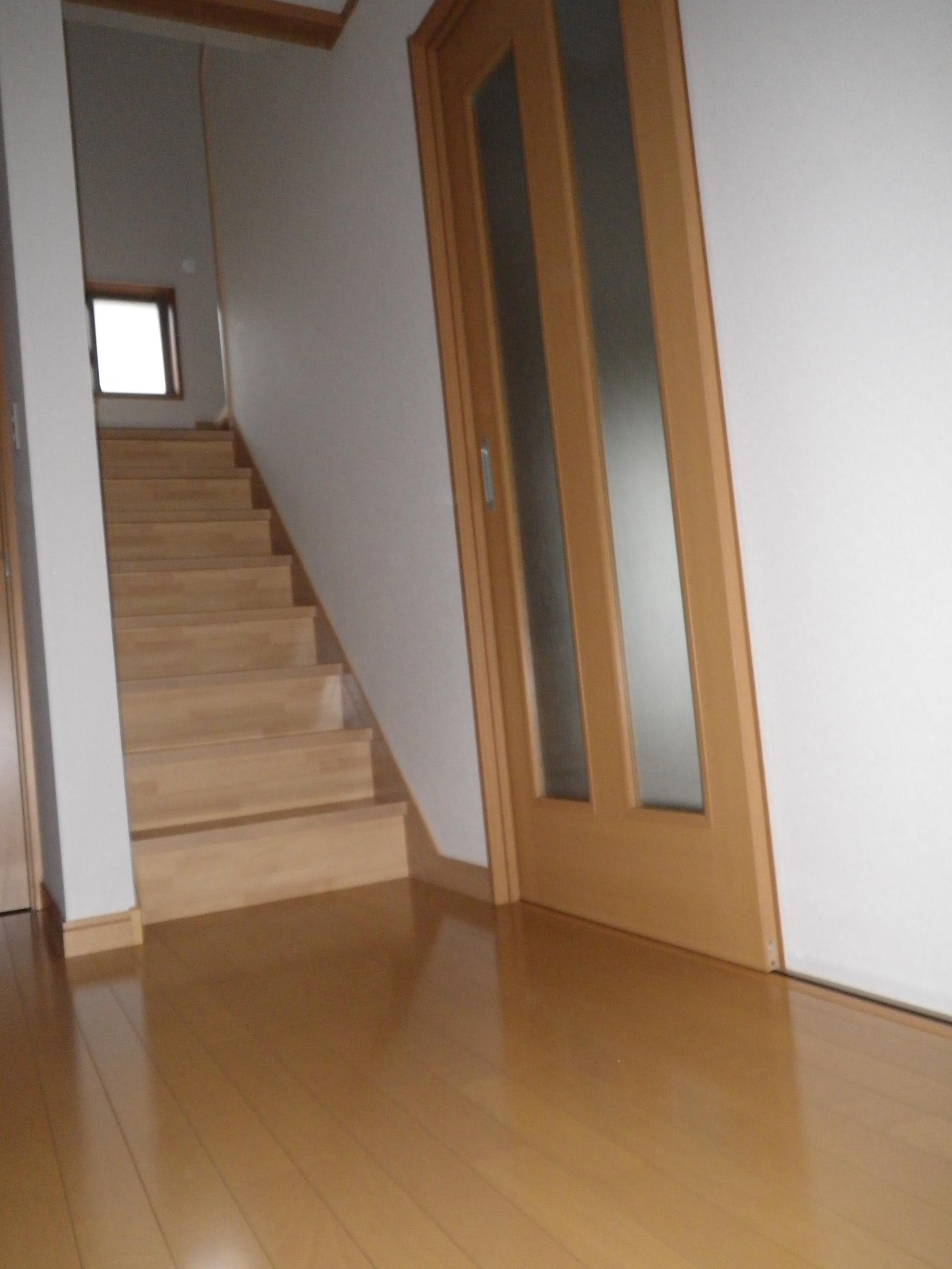 階段の明かり取り窓で、玄関ホールも明るい