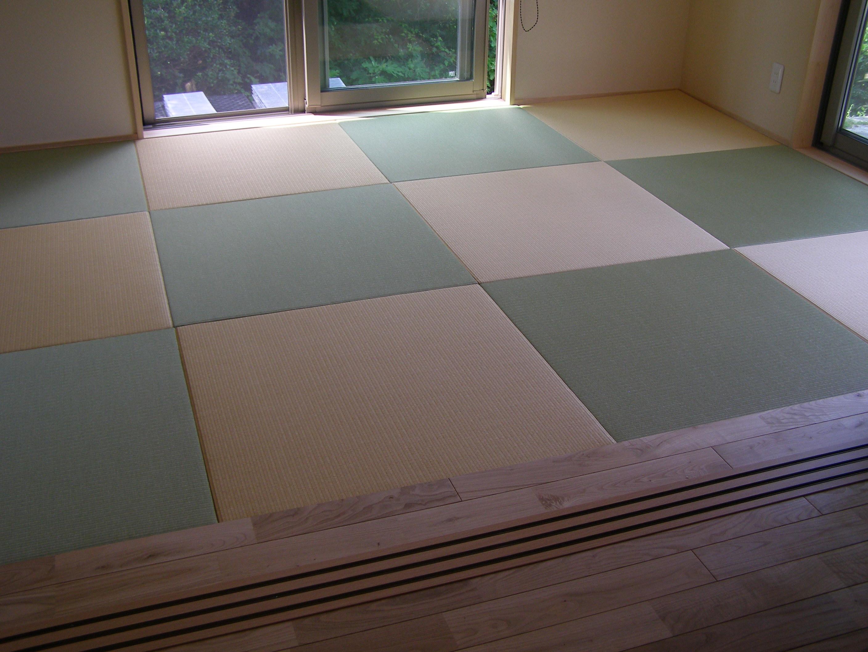 居間から和室へ。遊び心のある畳表がとてもかわいい。