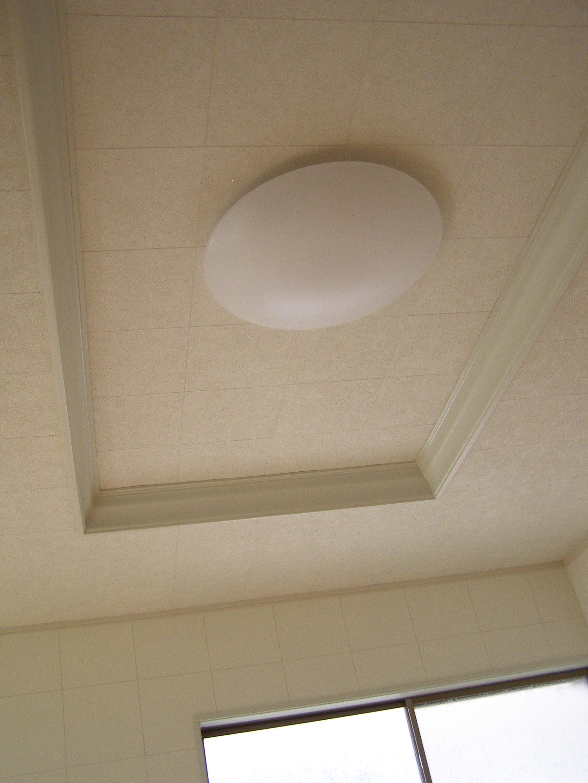 改造後の天井。白く上品な印象