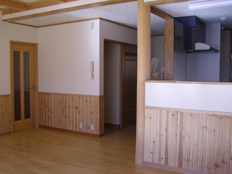 木をたっぷり使った居間。こだわりは、居間から2階へ上る階段があること