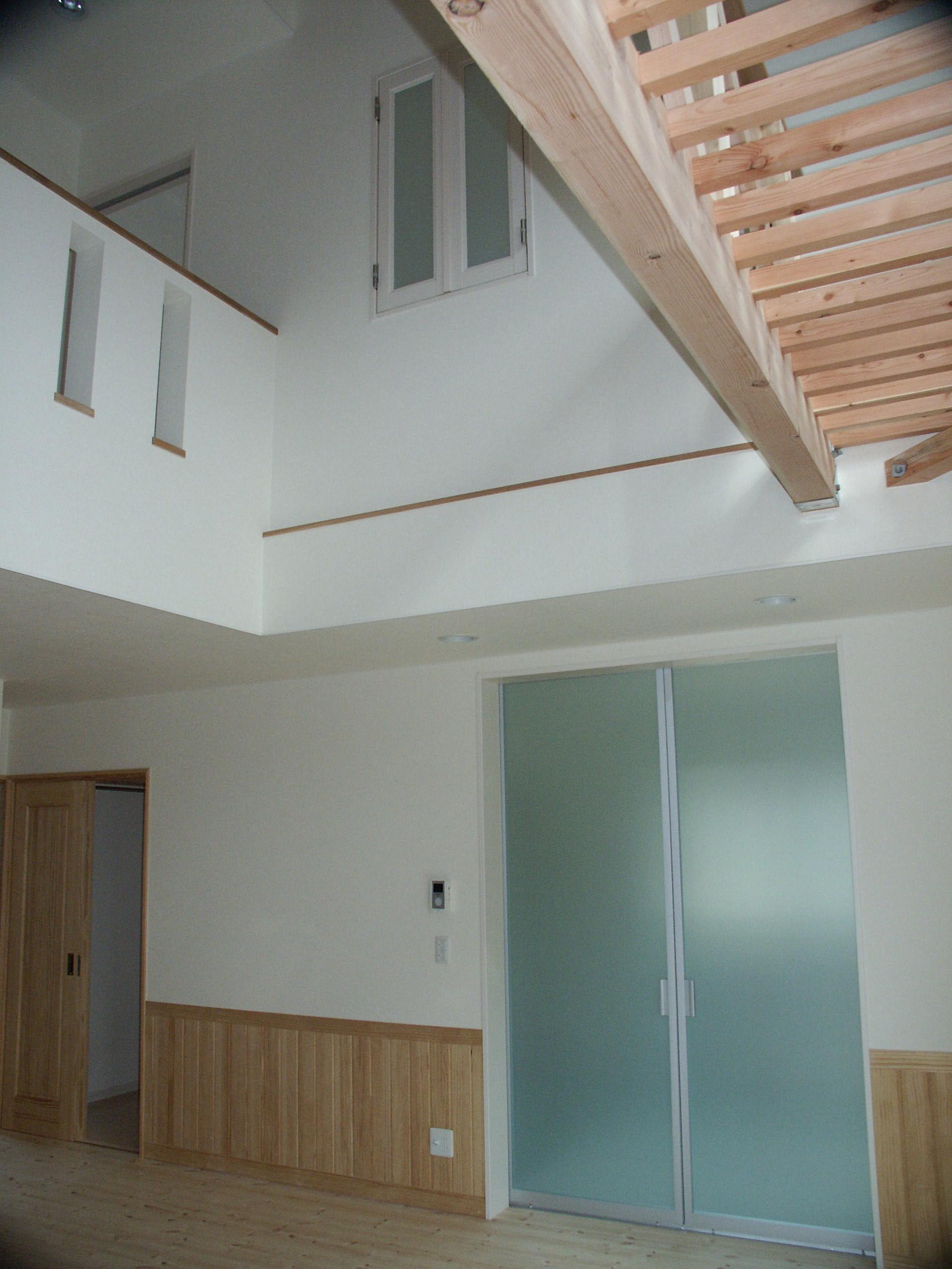 1階居間から2階を。木製のキャットウエストが優しい印象