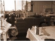 ダイニングキッチン:キッチンの作業場が丸見えで雑然としたダイニング