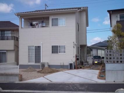 小堀建設株式会社 「緑の玄関がかわいいアーリーアメリカンタイプの家」