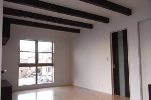リビングの天井には化粧梁を!開放感ある空間にアクセントをプラス。また、リビングドアは2m20cmの ハイドアを設置。空間に広がりをもたらせます。