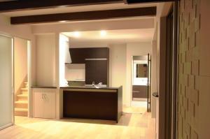 リビングの壁の⼀部には防湿機能を備えたエコカラット(写真右側)を施⼯。快適な暮らしと上質な部屋作り となりました。