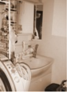 洗面所:家族が毎朝集ってしまう狭くて暗い洗面脱衣室。