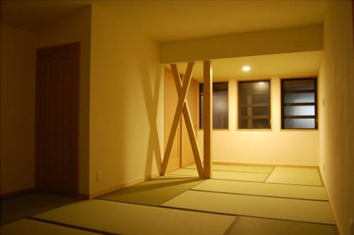 寝室:家の補強をアクセントにしたお母様の寝室。窓を開けても外部の視線が気にならないような窓にしました。