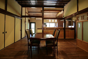 カウンター側の収納を造作しました。ケヤキで造作したカウンターと建具が古材と融合しています。