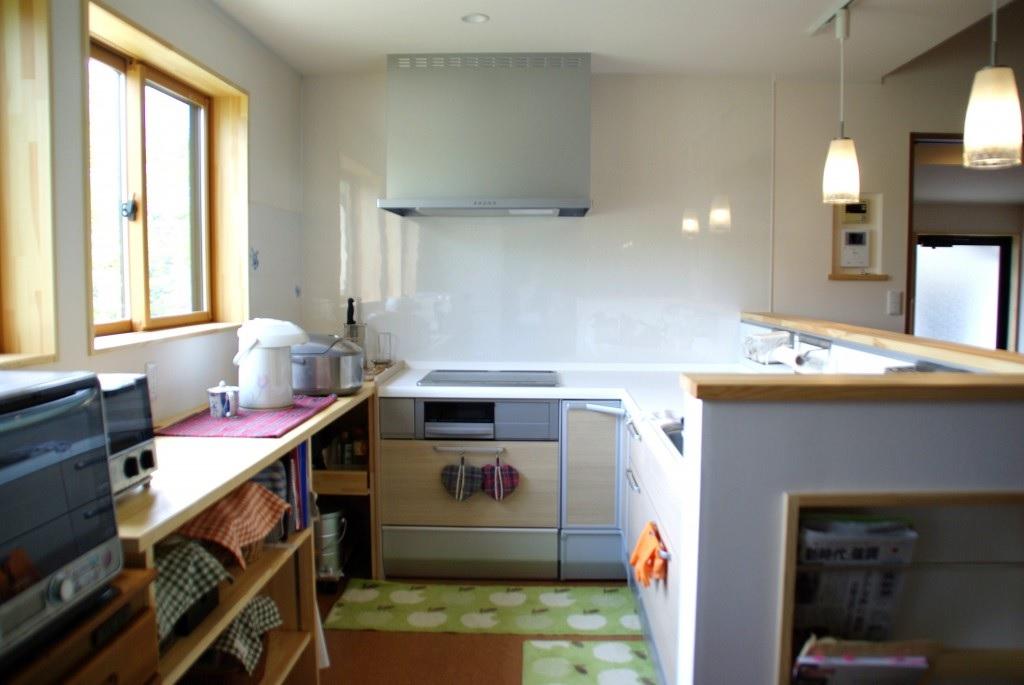 キッチンは対面型にし、カウンターには収納スペースも確保。マガジンラックを付けるなどして使い勝手の良いキッチンが完成。