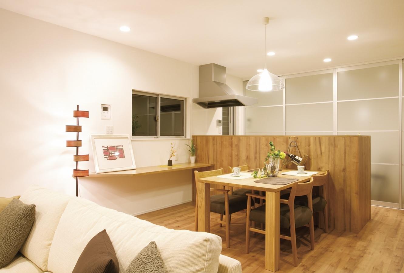 ダイニング横に便利なカウンター。キッチン背面には引き戸を設置し家具などを隠して収納