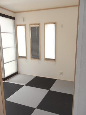 和室の畳にはブラックとグレーの⾊を市松模様で配置。⼀味違う和室を演出。