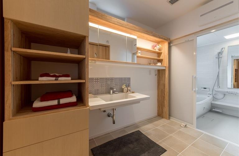 広々と使えるこだわりの造作洗面台。