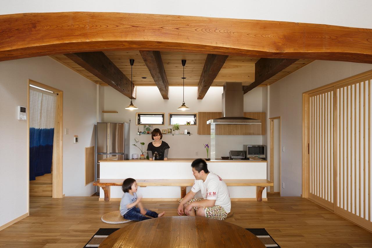 ケヤキ丸太とヒバ古材の大空間ダイニング